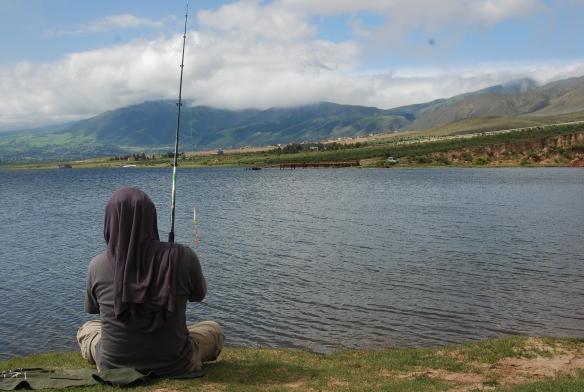 intentando pescar en el molllar