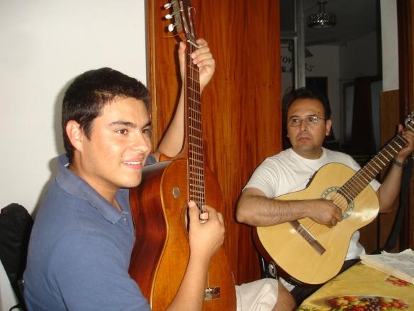 Juanchi y César guitarreando