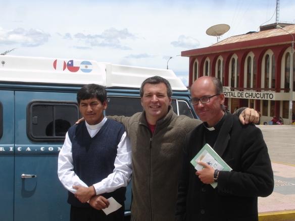 haciendo los honores, Aurelio pego el sticker de Peru