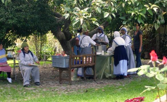 las hermanitas preparando la comida