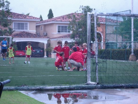 jug al futbol con los chicos