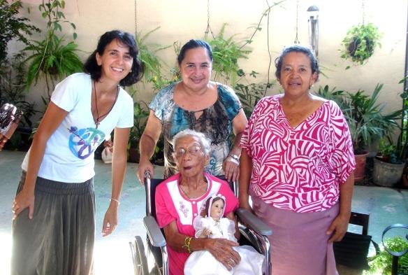 con doña Margarita, Mercedes y Maritza, y la Virgen Niña de Colombia