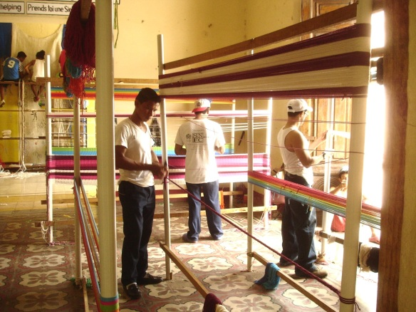 Jimmy y otros tejiendo hamacas