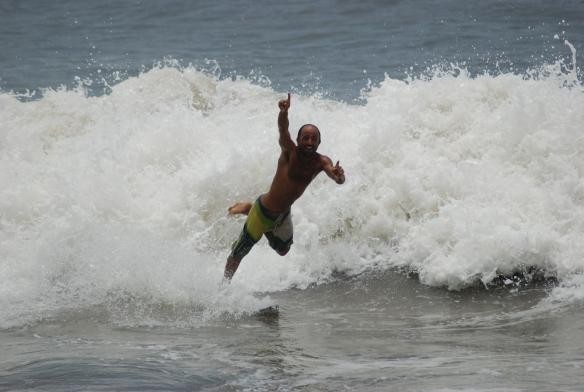 ariel dedicando la ola 11