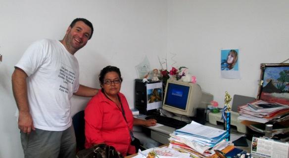 con Guadalupe en su oficina